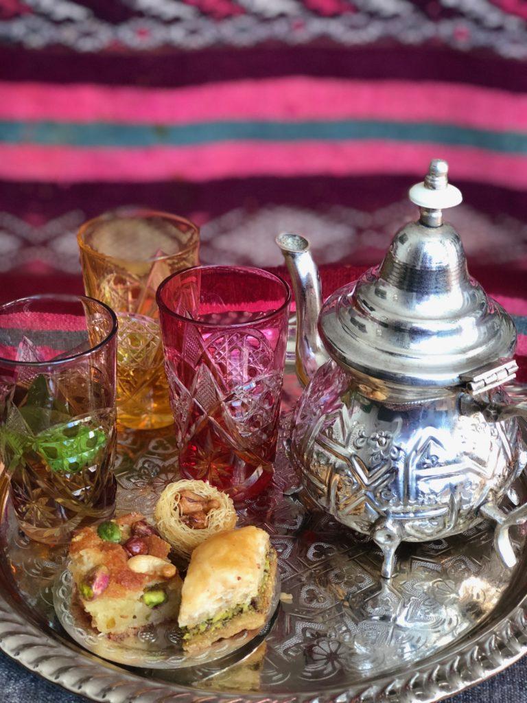 Oriental teatime mit baklavas und minztee