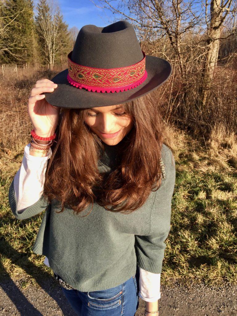 Pimp your hat-hutband in pink aus Indien und pompons. Theresa modelt.