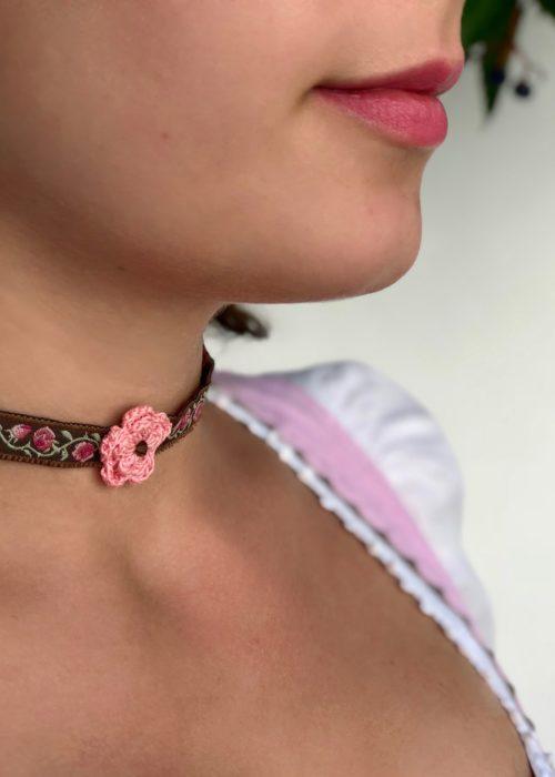 Boandl Liab ~Kropfbandliebe Louisa Blumenband braun Blume rosa close