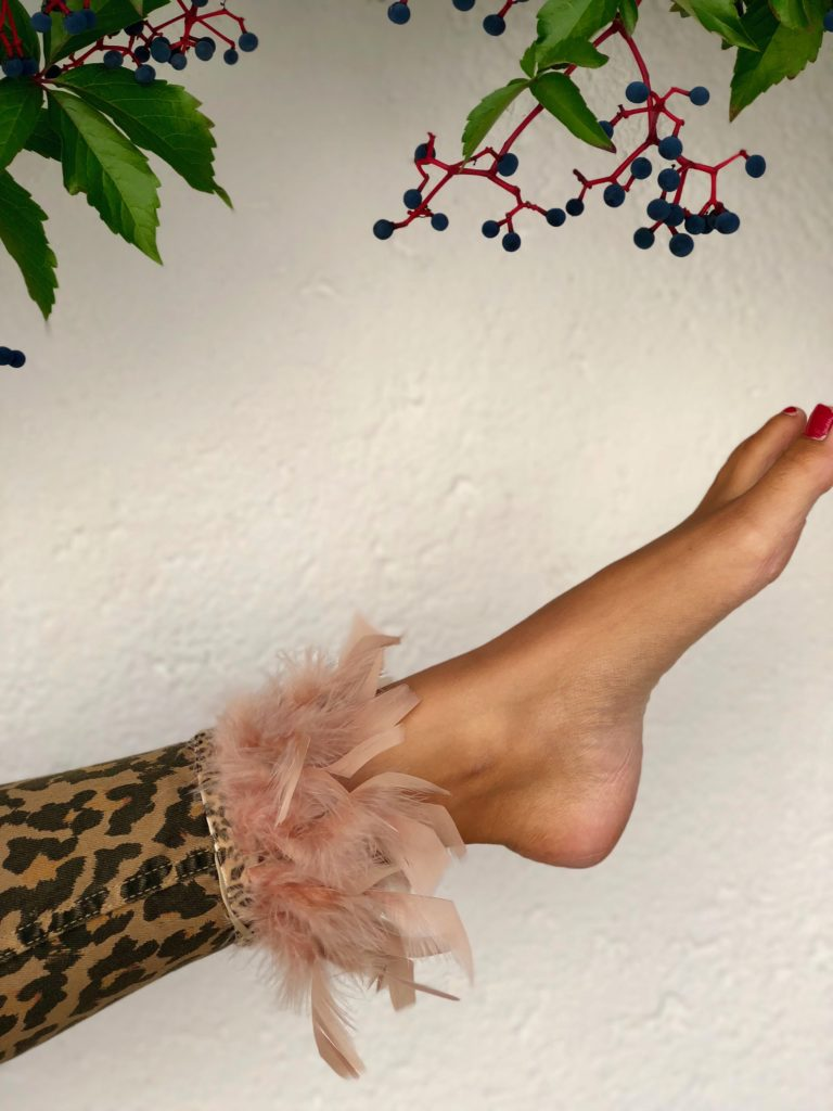 Glam up your boots with Glammy boots! model theresa with beige feathers on ankle