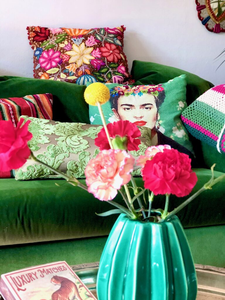 Passionately-living-with-flowers-plants_carnationsinlivingroom