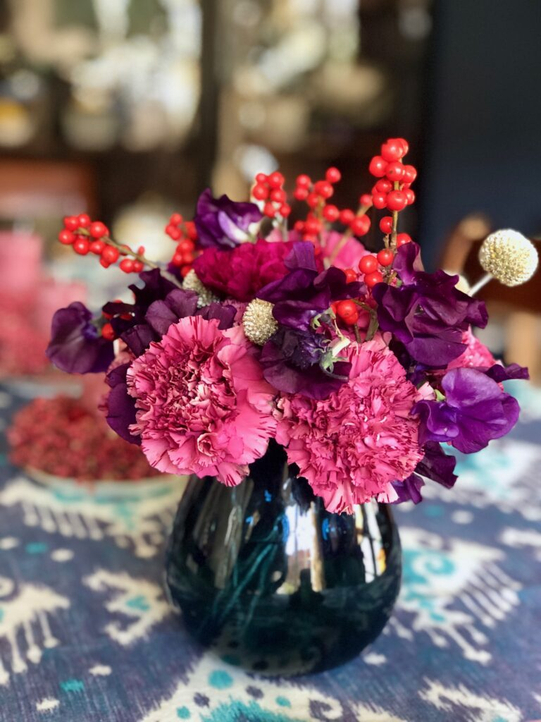 Passionately-living-with-flowers-plants_tablecentre-inredandpink